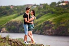Het gelukkige paar kussen bij de rivier Royalty-vrije Stock Afbeelding