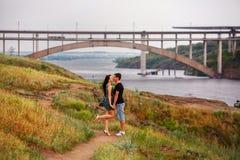 Het gelukkige paar kussen bij de rivier Royalty-vrije Stock Foto's