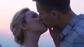 Het gelukkige paar kussen op hemelachtergrond, romantisch gevoel, hartstocht, nabijheid stock footage