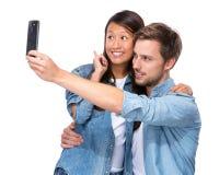 Het gelukkige paar neemt selfie Stock Afbeelding