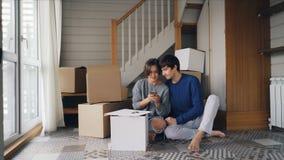 Het gelukkige paar neemt selfie na het kopen van nieuwe flat De jongeren stelt en kust het bekijken smartphone stock footage