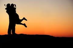 Het gelukkige paar omhelst silhouet Stock Fotografie
