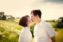 Het gelukkige paar openlucht kussen stock foto's