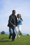 Het gelukkige paar openlucht lopen Royalty-vrije Stock Fotografie