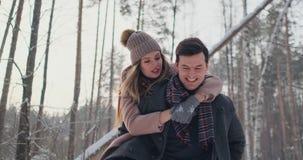 Het gelukkige Paar speelt de Winterspel buiten het Genieten van van Zonlicht en Warm de Winterweer in de Bergen De sterke Jongen  stock video
