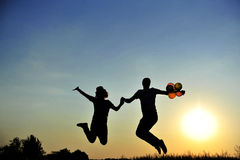 Het gelukkige paar springen Stock Afbeeldingen