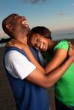 Het gelukkige paar stellen bij zonsondergang Stock Afbeeldingen