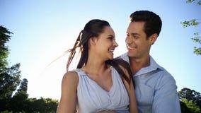 Het gelukkige paar stellen in het park stock videobeelden