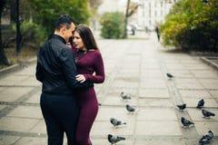 Het gelukkige paar stellen in stad Royalty-vrije Stock Afbeeldingen