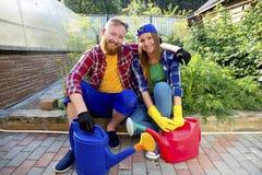Het gelukkige paar tuinieren stock fotografie