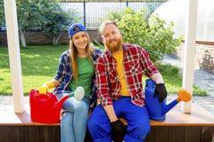 Het gelukkige paar tuinieren royalty-vrije stock afbeelding