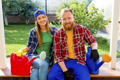 Het gelukkige paar tuinieren royalty-vrije stock foto's