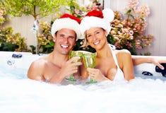 Het gelukkige paar van Kerstmissanta in Jacuzzi. Stock Foto's