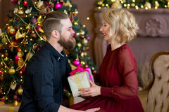 Het gelukkige paar van minnaars geeft elkaar giften Royalty-vrije Stock Fotografie