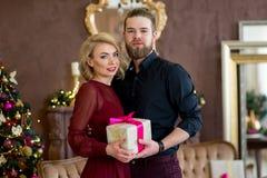 Het gelukkige paar van minnaars geeft elkaar giften Royalty-vrije Stock Afbeeldingen
