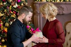 Het gelukkige paar van minnaars geeft elkaar giften Stock Foto's