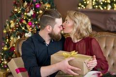 Het gelukkige paar van minnaars geeft elkaar giften Royalty-vrije Stock Foto's