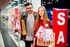 Het gelukkige paar winkelen royalty-vrije stock afbeelding