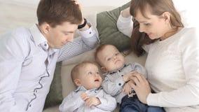 Het gelukkige Portret van de Familie Ouders met de tweelingen van de babyjongen stock footage