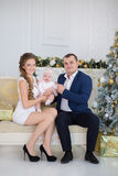 Het gelukkige portret van de Kerstmisfamilie Glimlachende Ouders met babydochter die thuis Nieuwjaar vieren Vector versie in mijn Stock Foto