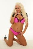 Het gelukkige rijpe blonde glimlachen in lingerie Royalty-vrije Stock Foto's