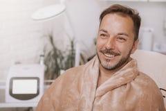 Het gelukkige rijpe mens ontspannen op kuuroordcentrum stock fotografie