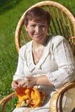 Het gelukkige rijpe vrouw breien Stock Afbeelding