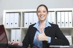 Het gelukkige secretaresse glimlachen beduimelt omhoog Royalty-vrije Stock Foto's