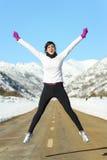 Het gelukkige sport lopende vrouw springen Stock Fotografie