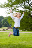 Het gelukkige springen Stock Foto's