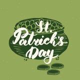 Het gelukkige St Patrick ` s de kaarthand van de Dag Uitstekende groet van letters voorzien op kabouterpot van gouden muntstukken Stock Fotografie