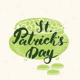 Het gelukkige St Patrick ` s de kaarthand van de Dag Uitstekende groet van letters voorzien op kabouterpot van gouden muntstukken Stock Afbeelding