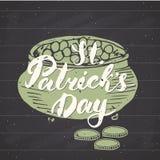 Het gelukkige St Patrick ` s de kaarthand van de Dag Uitstekende groet van letters voorzien op kabouterpot van gouden muntstukken Stock Foto