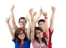Het gelukkige studenten tonen beduimelt omhoog Stock Afbeeldingen