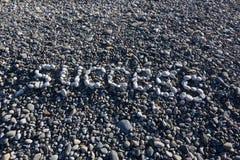 Het Gelukkige teken gemaakt van witte kiezelstenen op kiezelsteenstrand op Se Royalty-vrije Stock Foto's