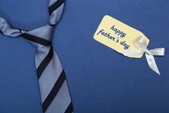 Het gelukkige teken van de vadersdag op document en blauwe band royalty-vrije stock afbeeldingen