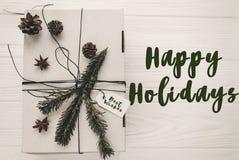 Het gelukkige teken van de vakantietekst, groetkaart modieuze Kerstmisrusti royalty-vrije stock afbeeldingen