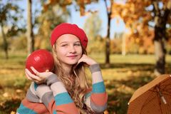 Het gelukkige tiener glimlachen De herfstportret van mooi jong meisje in rode hoed stock afbeeldingen