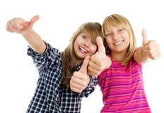 Het gelukkige tienermeisjes tonen beduimelt omhoog Stock Fotografie