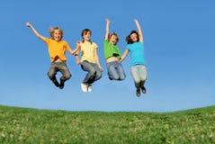 Het gelukkige tieners springen royalty-vrije stock afbeelding