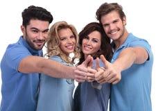 Het gelukkige toevallige groep mensen maken beduimelt omhoog Royalty-vrije Stock Foto