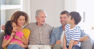 Het gelukkige uitgebreide familie bespreken stock footage