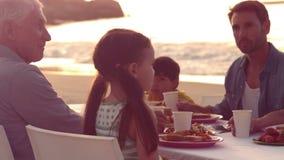 Het gelukkige uitgebreide familie eten stock video