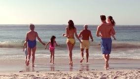 Het gelukkige uitgebreide familie lopen stock video
