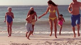 Het gelukkige uitgebreide familie lopen stock videobeelden