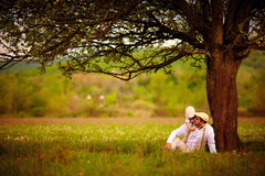 Het gelukkige vader en zoons spelen samen onder een oude boom Stock Afbeelding