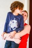 Het gelukkige vader spelen met jongen in keuken Stock Fotografie