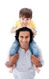 Het gelukkige vader spelen met zijn zoon tegen Royalty-vrije Stock Foto