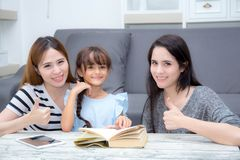 Het gelukkige van de van de van de familiemoeder, tante, vriend en dochter onderwijs las B stock foto's