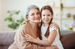Het gelukkige van de familieoma en kleindochter koesteren stock foto